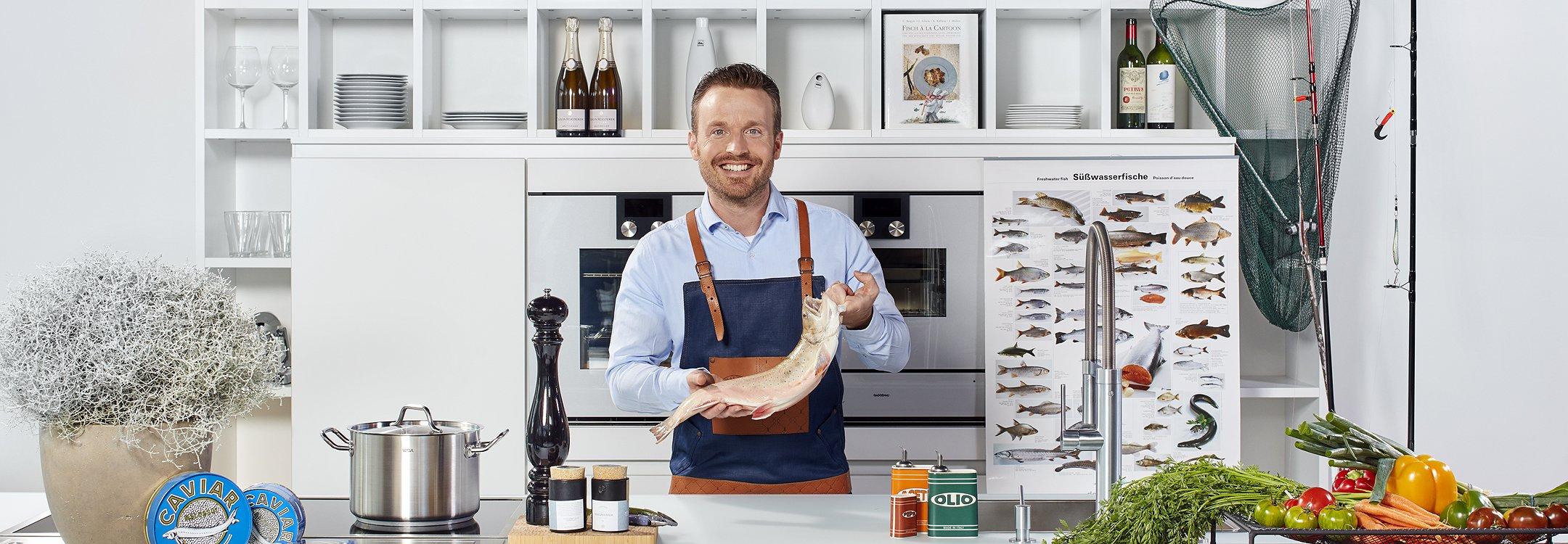 Dreiklang Fischrestaurant Mann mit Schürze