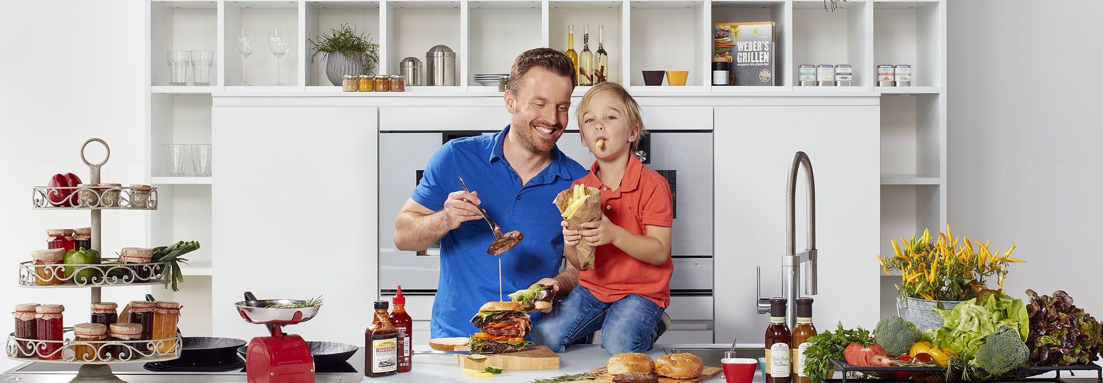 Dreiklang Vater und Sohn essen Burger